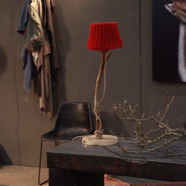 houten tafellamp rood gebreide kap