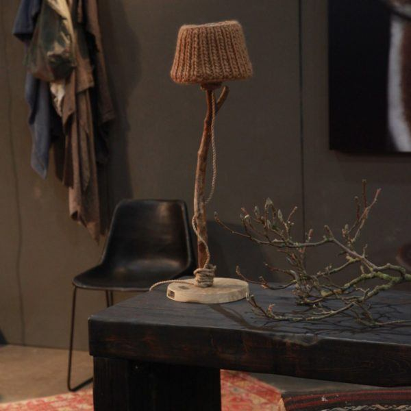 stoere houten tafellamp lampenkap